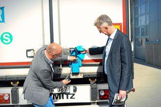 NY LÅS: Girtekas Kristian Kaas Mortensen viser det nye låssystemet som monteres på Girtekas trailere til Marine Harvests logistikkdirektør Ivar Raugstad.