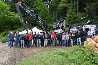 Fra overleveringen av den første Logset 12 GTH til en fransk skogentreprenør. Logsets forhandlere i Europa var med på overleveringen, og i rød jakke midt på bildet, Kai Eriksen, Skogservice AS.
