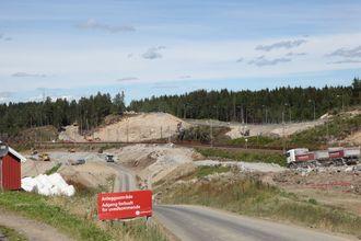 Ut av den lysebrune bergveggen midt i bildet skal TBM-ene komme etter planen.