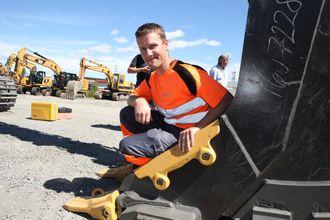 Maskinfører Bernhard Skåland i Park & Anlegg er fornøyd med å slippe låsebolter på tennene.