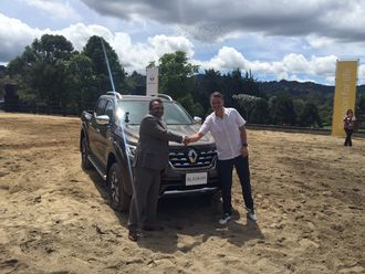 Renaults nyttekjøretøysjef Ashwani Gupta sto for den offisielle avdukingen av den nye 1-tonns pickupen sammen med designsjef Laurens van den Acker.