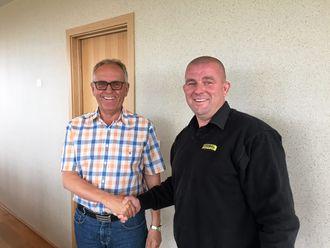 TO TIL STANGELAND: Olav Stangeland (venstre) i Stangeland og Rosendal Maskin-selger Eldar Undheim skrev avtale om to 40-tonns Doosan-dumpere.