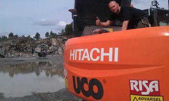 Daglig leder, servicemekaniker og pilot Ola Bjørn Haugsland sjekker en Hitachi ZX240-3 (24 tonn) som Risa AS har i drift på Aksdal ved Haugesund.