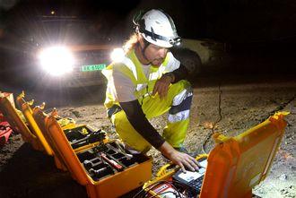Jozset Hecht Mendez sjekker målingene som er tatt i fjellet i Hundvågtunnelen.