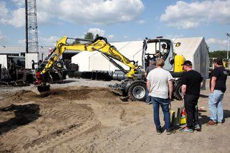 Flere besøkende prøvde maskinene på demofeltene hos Wacker Neuson AS i Sørum.