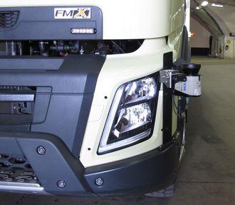 En av seks radarsensorer på venstre hjørne foran. I fremtidige produksjonsmodeller vil slikt utstyr være integrert i kjøretøyet på en mer elegant måte.