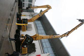 Cats nye 340F UHD (Ultra High Demolition) rivningsmaskin på 48,2 tonn (i forgrunnen) ble lansert på Bauma.