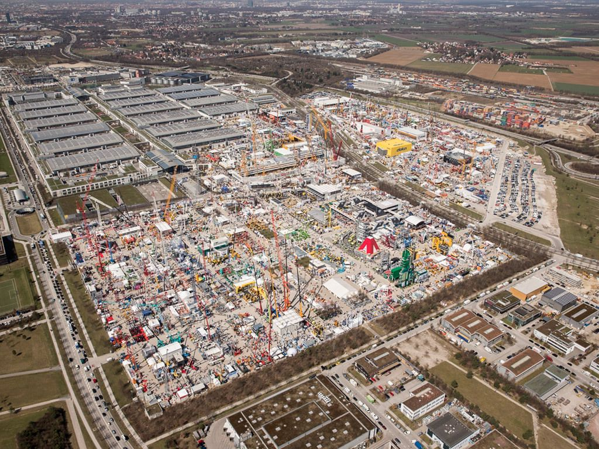 efdd353158a Utstillingsområdet ligger på den gamle flyplassen til München og er enormt  stort. Ta med gode sko om du skal nedover.
