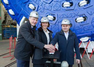 Fra venstre Gerhard Wehrmeyer i Herrenknecht, prosjektleder TBM Anne Kathrine Kalager fra Jernbaneverket, og prosjektdirektør Fernando Vara i Acciona Ghella JV.