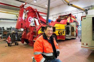 Tore Daugstad leder Straumen Bil som har 30 ansatte. Bergingsbilen bak er siste tilskudd i en særdeles omfangsrik og velholdt utstyrspark.