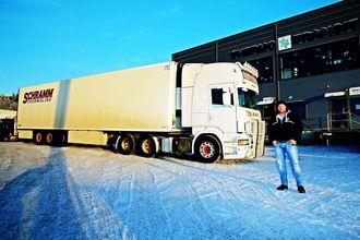 Det er lastebileieren Peter Schramm som tar Fernfahrer-leserne med på en flott tur fra Oslo til Bergen.