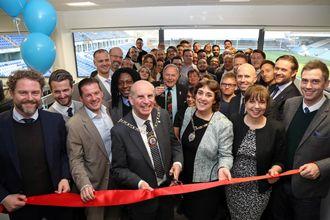 Ansatte og ledelse feirer åpningen av Abax' nye kontorer på hjemmebanen til Peterborough United.