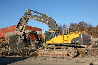 70-tonneren Volvo EC700 tygger i filler betongfundamenter med en fastknuser montert rett på stikka.