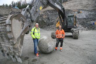 Maskinfører Ole Kristian Bergve (t.h.) og Jon Ølstad, Volvo Maskin, ved jernkula på 6,4 tonn, som er produsert av Scana Steel.