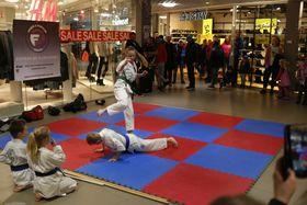 Born syner fram karate for eit publikum på eit kjøepsenter.