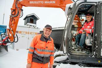 Nå er gravemaskinen parkert for sesongen. Vanligvis er det Leif Brusletto som sitter i maskinen, mens Sveinung opererer krafsa og traktoren.