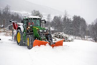 I vintersesongen er det snøbrøyting det går i for Leif Brusletto.