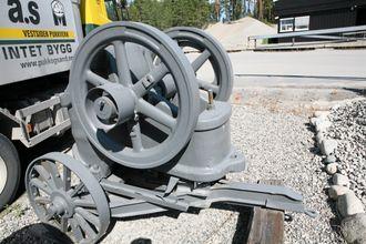 En Aker-knuser fra tidlig 1900 inngår også i samlingen. Maskinen måtte håndmates med stein!