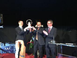 Prisen ble delt ut av Jarlath Sweeney, President i International Van of the Year jury (til høyre) til Philippe Guérin-Boutaud, Corporate Vice President (til venstre) Global LCV Business Unit og Ponz Pandikuthira, direktør for Lette Nyttekjøretøy i Nissan Europe.