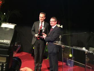 Dr. Eckhard Scholz, sjef for VW nyttekjøretøy (til venstre) fikk overrakt prisen av juryforman Jarlath Sweeney.