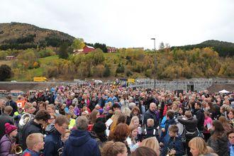 Rundt 2000 mennesker hadde møtt opp for å feire åpningen av brua.