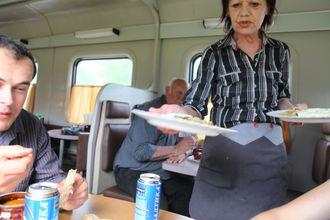 Den planlagte hjemtransporten gikk i vasken, og vårt lille team endte opp på Den transsibirske jernbane hvor vi ble tatt i mot med et smil.