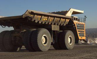 En totalvekt på 800 tonn gjør det nødvendig med tvillinghjul både foran og bak, til sammen åtte dekk med diameter på fire meter.