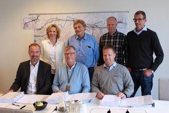 Signeringsglede, bak fra venstre: May Bente Hiim Sindre, prosjektleder, Statens vegvesen; Tom Heldal Larsen, byggeleder, Statens vegvesen; Dan Granerud, prosjektsjef, Implenia Skandinavia; Ole Konrad Haug, distriktssjef for Sør-Norge, Isachsen.