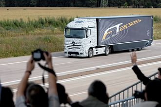 FREMTIDEN: Mercedes-Benz' Future Truck under en visning utenfor Magdeburg.