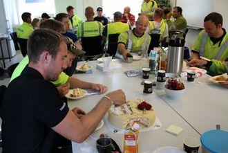 Boreriggfører Eivind Hølland gledet seg over de gode tallene og satte pris på kake i lunsjen.