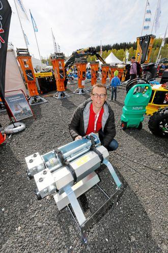 Lars Hellgren hadde med seg selve vibratorenheten til Vei og Anlegg i mai, men da ikke montert på krokløftarmen. Han viste denne på standen til Malleus.