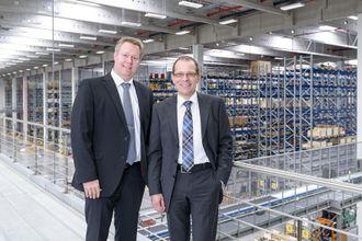 Adm. direktør Martin Barth (t.h) i Liebherr-Logistics GmbH og logistikkdirektør Kilian Ribhegge lover at hyttene snart skal fylles opp.