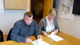 Direktør i LNSS Frank Jakobsen og direktør i SNSK Wenche Ravlo signerer avtalen.