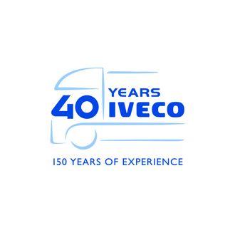 """For å feire bursdagen har Iveco en logo som representerer et stilisert kjøretøy med slagordet """"40 år med Iveco, 150 år med erfaring""""."""