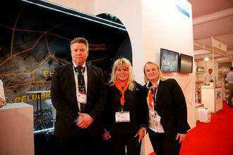 Verdenslansering uten maskin. Til det var standene på WTC for små. Her er Sandvik-teamet Juha Kukkonen (f.v), Satu Rämö og Katri Miss på standen i Dubrovnik.
