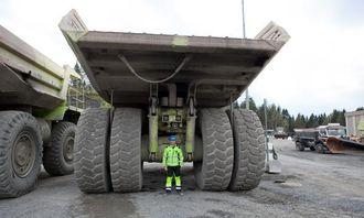 Dette bildet av Tormod Wæhle bak den ene tipptrucken, viser hvor store dimensjoner det er snakk om i bruddet.