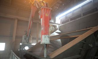 Den hydrauliske hammeren står klar dersom det skulle komme en stor stein som blokkerer grovknuseren.