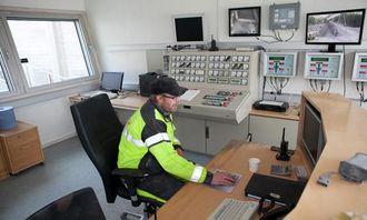 Operatør Daniel Rondahl har oversikt over knuserne fra det store og luftkjølte kontrollrommet.