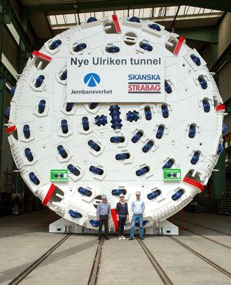 Fra venstre byggeleder Norvald Skjoldli, prosjektdirektør Stine I. Undrum og byggeleder Helge Tjelmeland, alle fra Jernbaneverket.