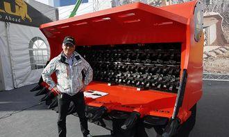 Fredrik Dromberg hos Allu har stor tro på M-serien store sorteringsskuffer. Her foran den første som vises til publikum under Conexpo i Las Vegas denne uken.
