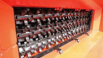 Ved å stille inn kraften på knusemekanismen, kan føreren av gravemaskinen eller hjullasteren bestemme hvor hardt materiale som skal knuses og hva som skal ligge igjen i skuffa.