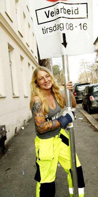 Merethe Ragnardotter Flakk fra Trafikk-Jentene på skiltjobb.