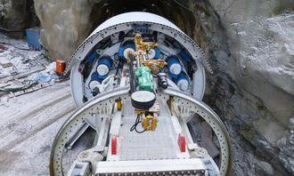 Den første delen av tunnelen er drevet på konvensjonelt vis, men nå er TBM-en klar til å overta. Bak kutterhodet kan man se noen av de ti elektromotorene på 300 kW hver (de blå sylindrene).