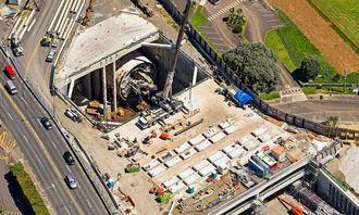 Tunnelutløpet ligger like ved motorveien som senere skal knyttes til tunnelen. Derfor måtte TBM-en snus på et lite område på bare 25x39 meter.