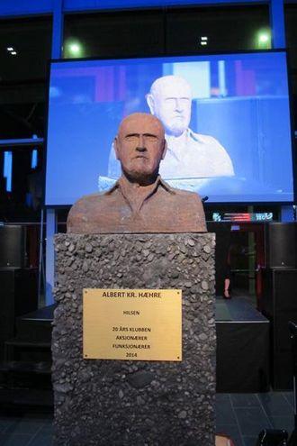 PÅ SOKKEL: Denne statuen fikk Albert Kr. Hæhre i gave fra 20-års-klubben, aksjonærer og funksjonærer.