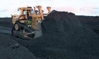 STORE DIMENSJONER: Her er ca. 80 kubikkmeter kull klar for viderebefordring på transportbånd.