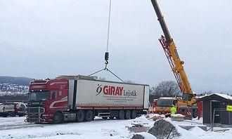 Stål & Spesialtransport kjørte semitrailerne fra Taraldrud til Lillestrøm slik at lasten i alle fall kom fram.