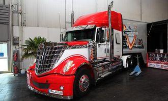 International Lonestar bygget i 2010. 500 hestekrefters Euro 5-motor. Egenvekt 8,3 tonn. Det er American Truck Promotion GmbH som eier bilen.