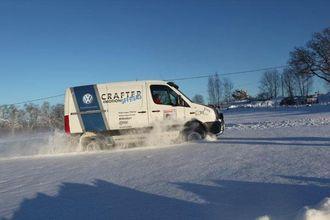 For å komme gjennom dyp snø er det ofte fart og moment i bilen som skal til. Her gjør bilen en ca 100 meter sving ut i dyp snø.