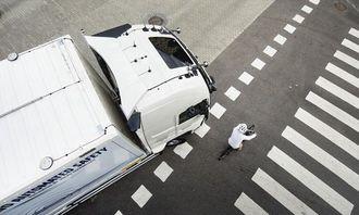 Gjennom innebygde sensorer og kameraer oppdager bilen de sjåføren ikke ser.
